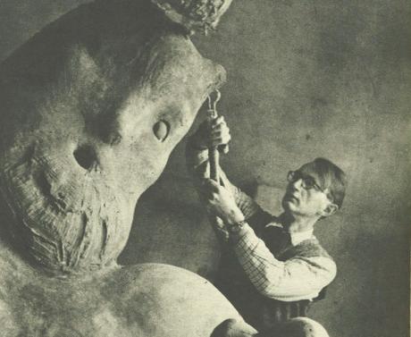 """Billed Bladets artikel om Arne Bangs kolossal-Skulptur, """"Trolden"""". 1944. Klik på billedet for at se hele artiklen."""