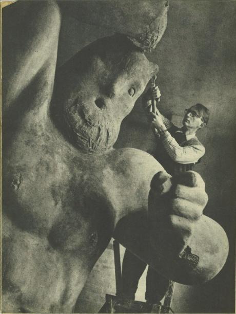 Arne Bang under arbejdet med den 6 meter høje Trold (1944). Copyright Grete Møller, Billed Bladet