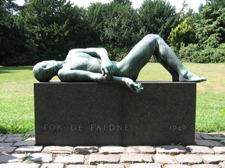"""Arne Bang. """"Den Faldne Kriger"""" (1928-1942). Bang modtog Akademiets store guldmedalje for dette arbejde i 1918. Opstillet på Vestre Kirkegaard. Foto: Ukendt."""