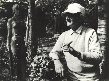 Foto af Arne Bang, i hans have og med sin uundværlige cigar. (1970erne). Foto: Fra familiearkivet.
