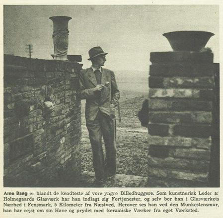 Foto af Arne Bang, ved den selvbyggede mur omkring huset og haven. (1944). Fotocopyright: Grete Møller, Billed Bladet.