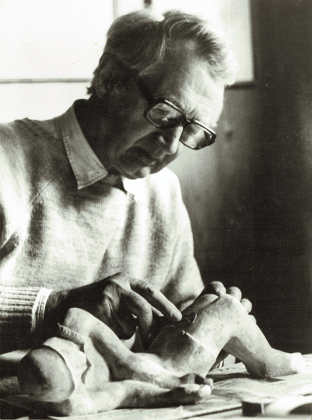 Foto af Arne Bang, der modellerer på figur. (1970erne). Foto: Fra familiearkivet.