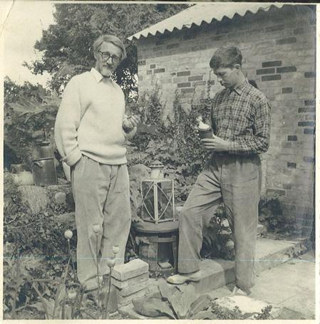 Foto af Arne Bang og sønnen Jacob Bang (t.h.) på værkstedets grund (1950erne). Foto: Fra familiearkivet.